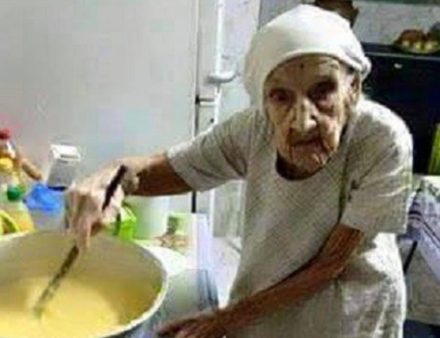 Vajon hányan osztják majd meg ezt a képet:?! Ez az idős néni 98 éves, Jézusnak szolgál immár 47 éve. Ételt főz az egyház tagoknak és takarítja a templomot, egész életében az urat szolgálta, vajon megérdemel-e tőled egy szívecskét?